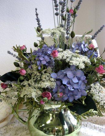 Kurutulmuş çiçeklerden bir aranjman